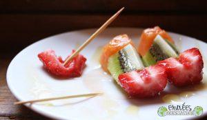 Petites brochettes de fruits frais